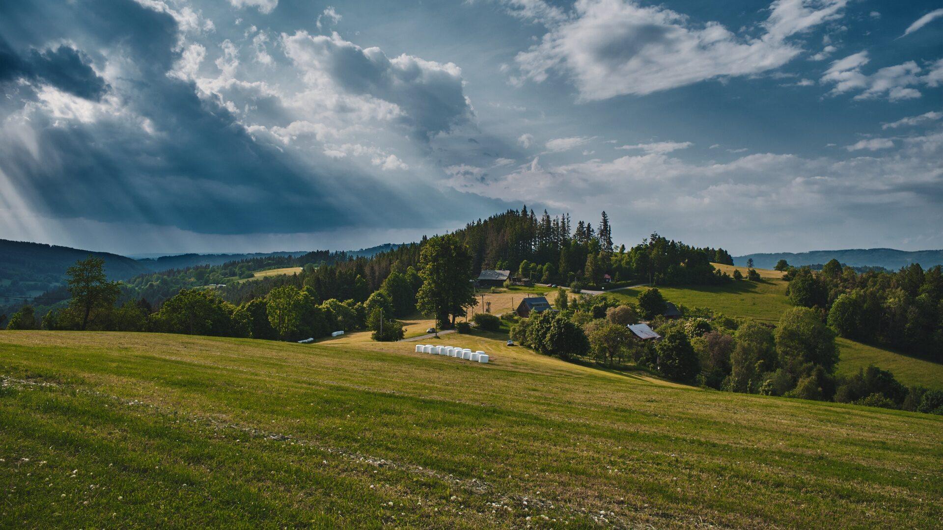 Pohled na kopec a osadu Santov
