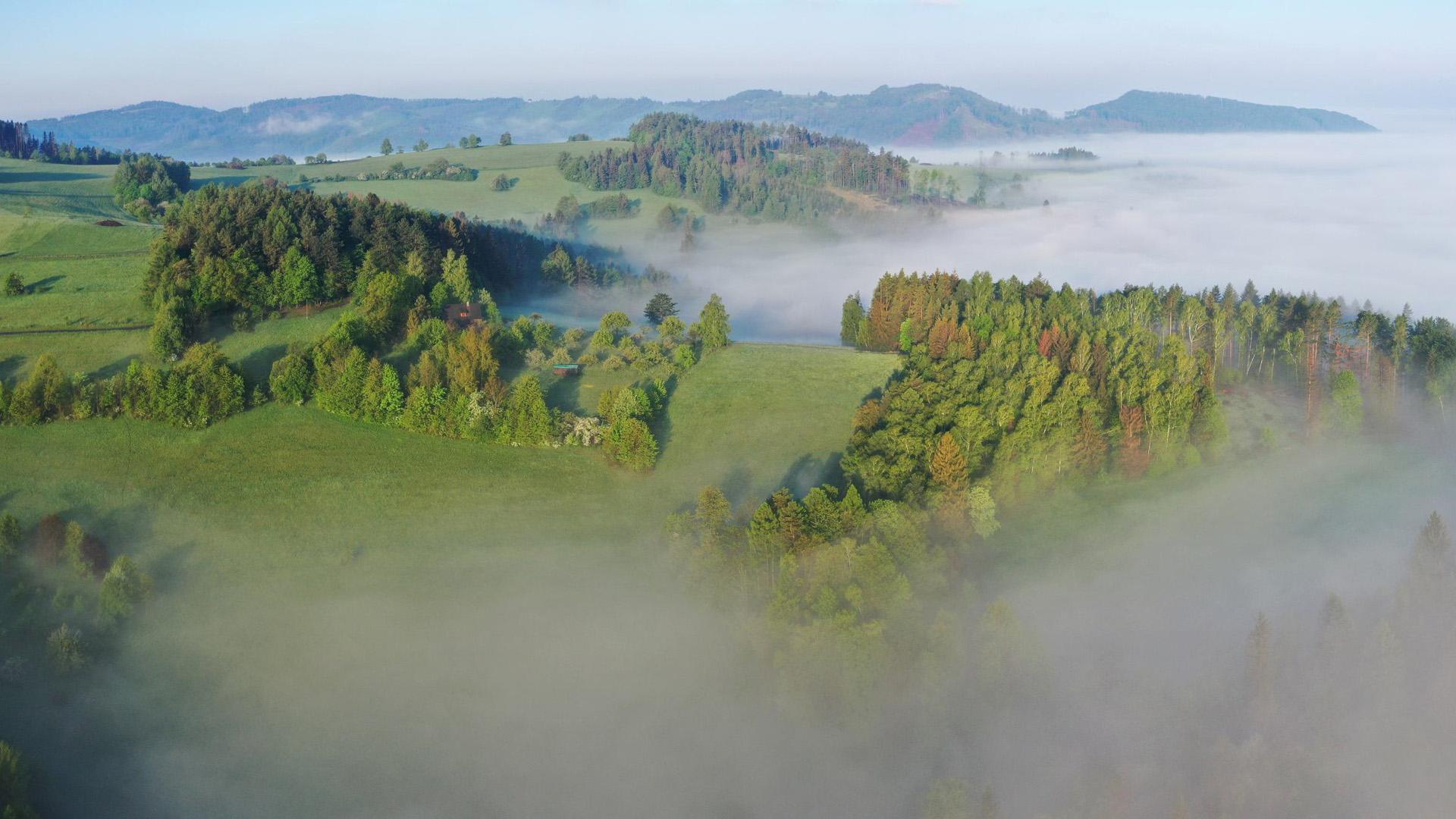 Pohled z výšky na osadu a kopec Santov