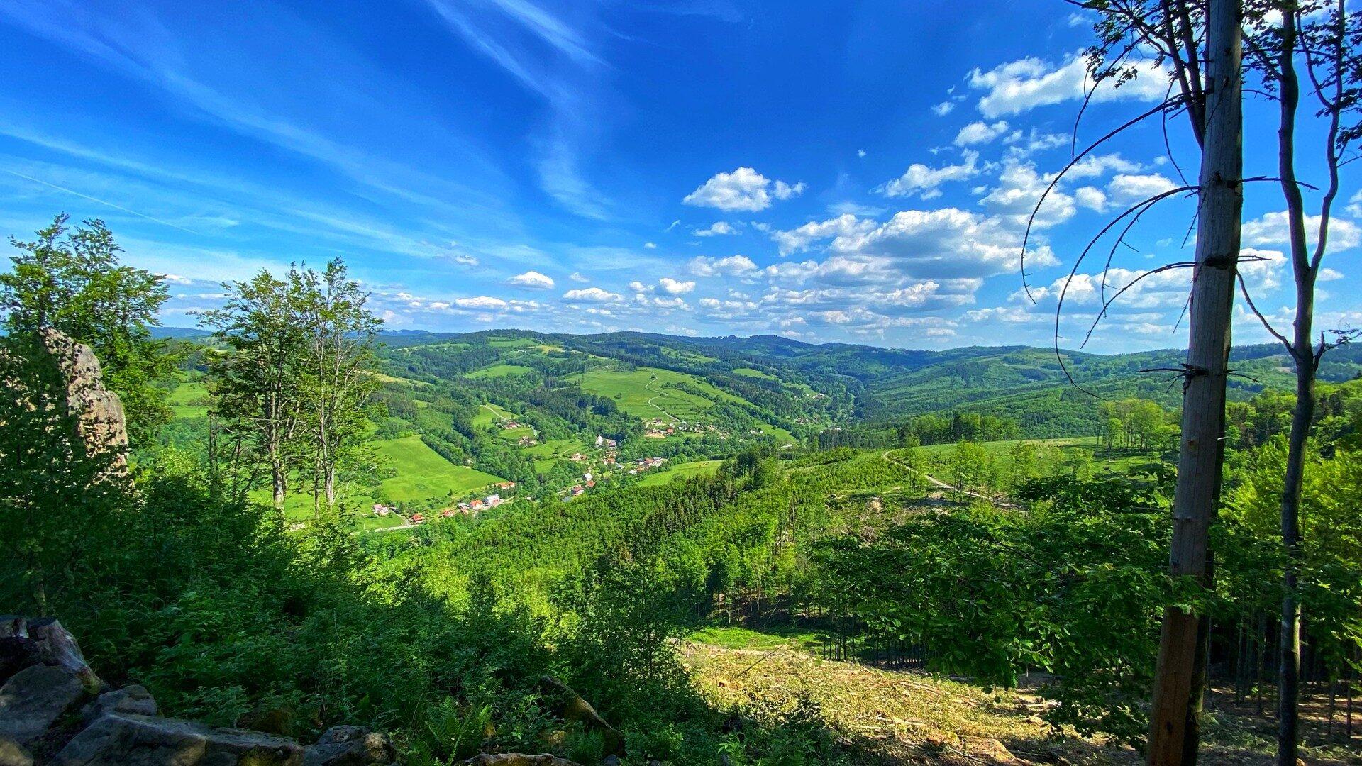 Pohled na část obce Malá Bystřice ze Svantovítovy skály